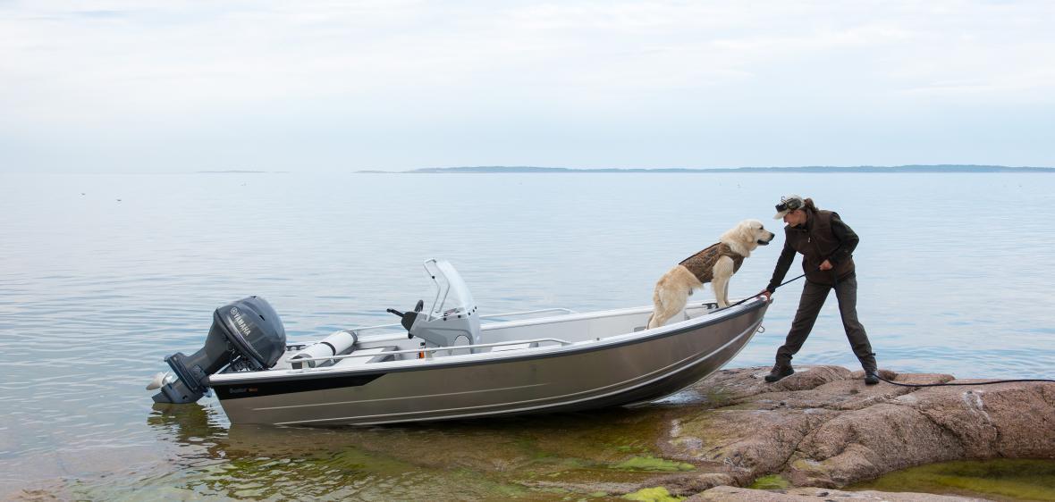 моторная лодка и парусник находясь на озере в 30